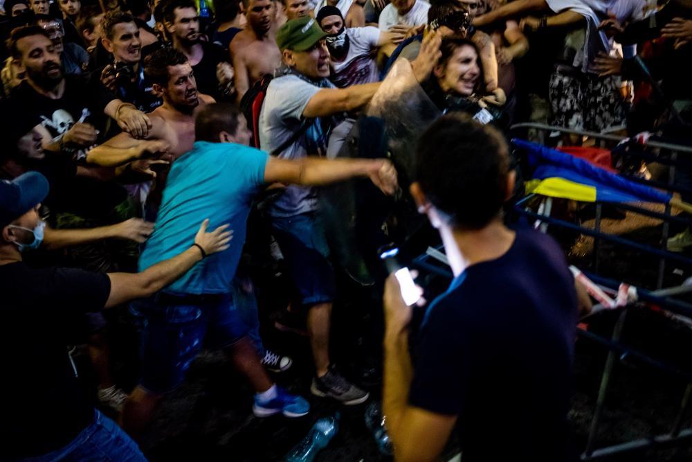 Tüntetők bántalmaznak egy csendőrnőt a péntek esti, bukaresti tüntetésen