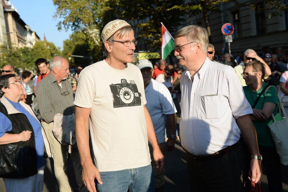 Demszky Gábor a tüntetők között