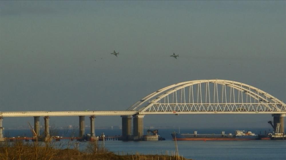 Vadászgépek és a szorost lezáró teherhajó. Miatta fordultak vissza a megtámadott ukrán hadihajók