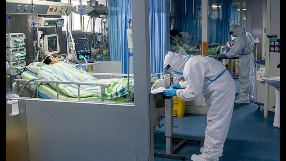 Betegeket kezelnek egy vuhani kórházban