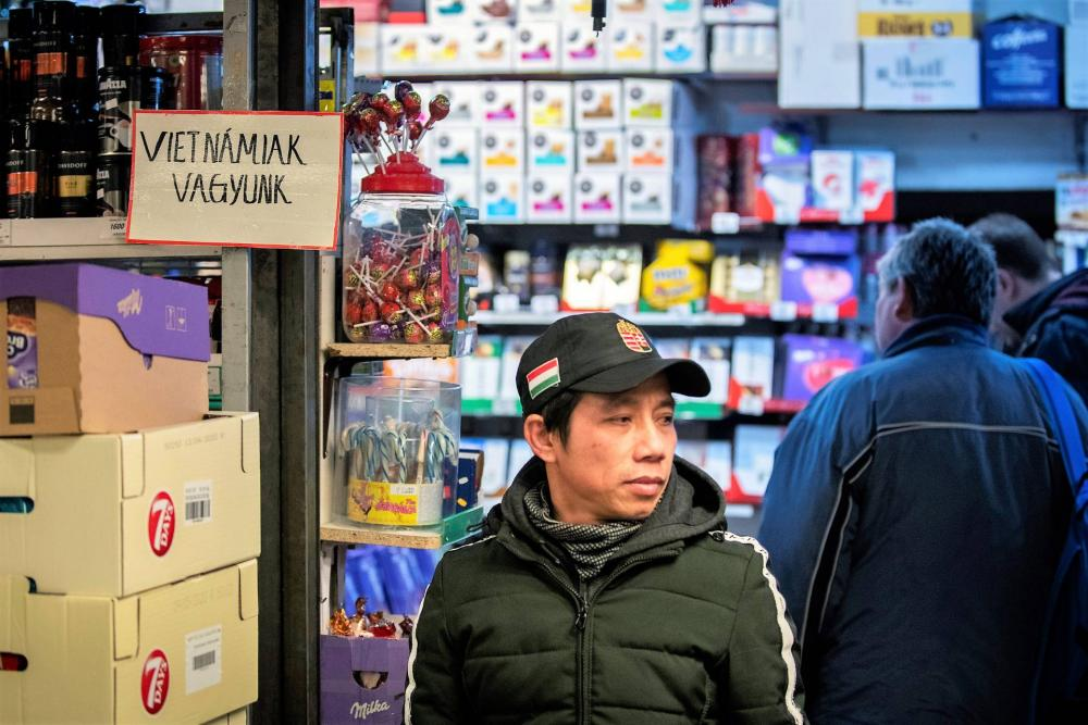 A távol-keleti üzlettulajdonosok közül többen is kiírták, hogy ők nem kínaiak. Ettől még persze elviekben ők is megfertőződhetnek