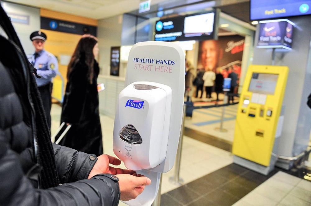 Kézfertőtlenítő a ferihegyi repülőtéren