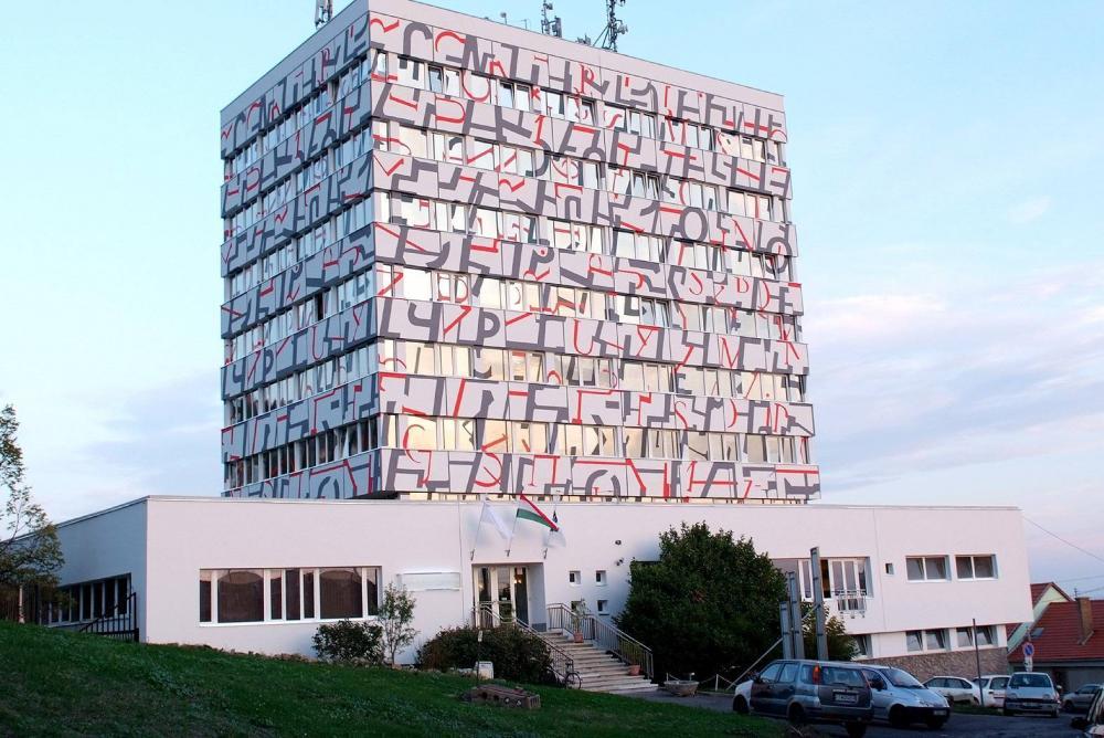Válogatott ritmusok I. című képe a Pécs-baranyai Kereskedelmi és Iparkamara irodaházának falán