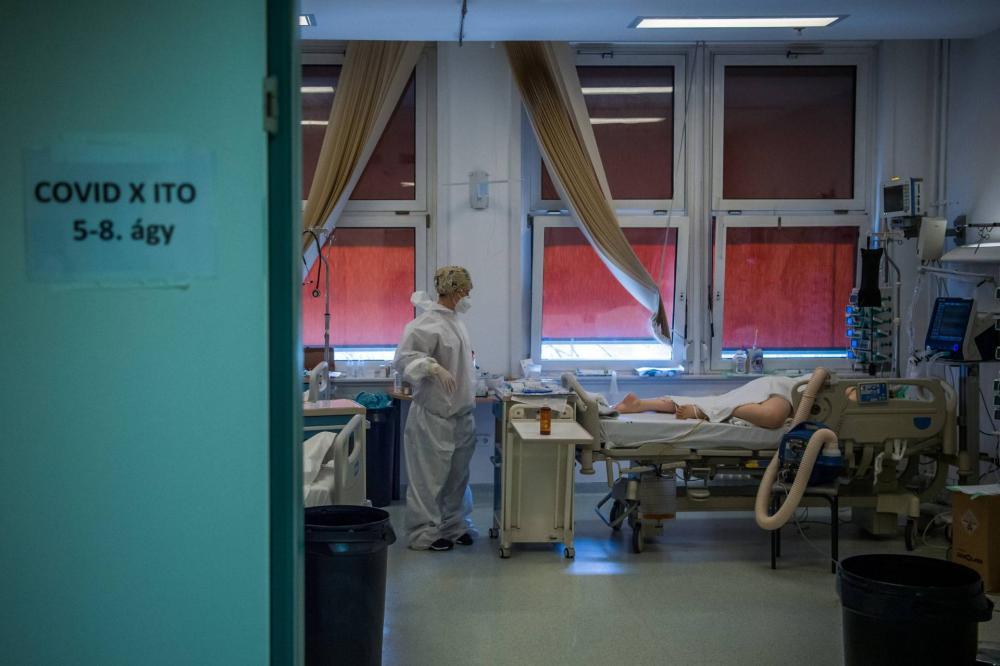 Lélegeztetett beteget lát el egy védőfelszerelést viselő orvos a fővárosi Honvédkórház koronavírussal fertőzött betegek fogadására kialakított intenzív osztályán