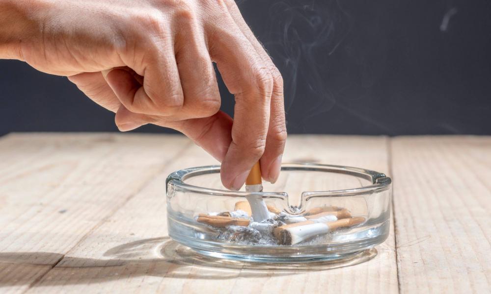 dohányzik egy üveggel)