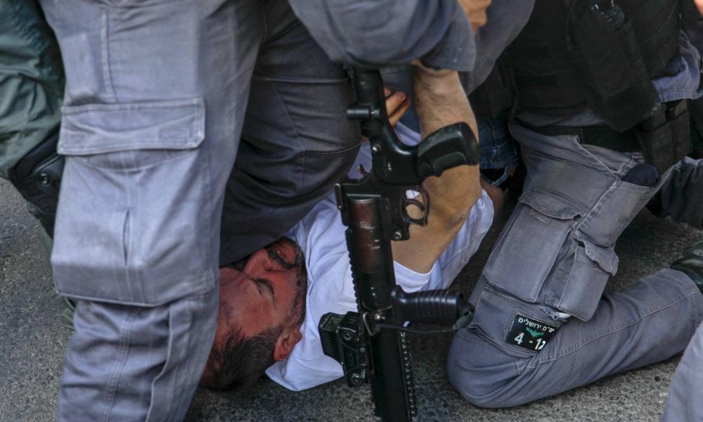 Megvertek a rendőrök egy tüntető izraeli honatyát Jeruzsálemben