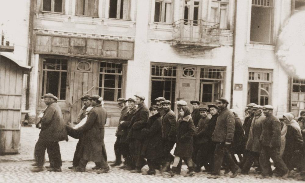 """A magyar hatóságok még a diszkriminatív szabályokat sem tartották be a """"hontalan"""" zsidók kitoloncolásakor 1941-ben"""