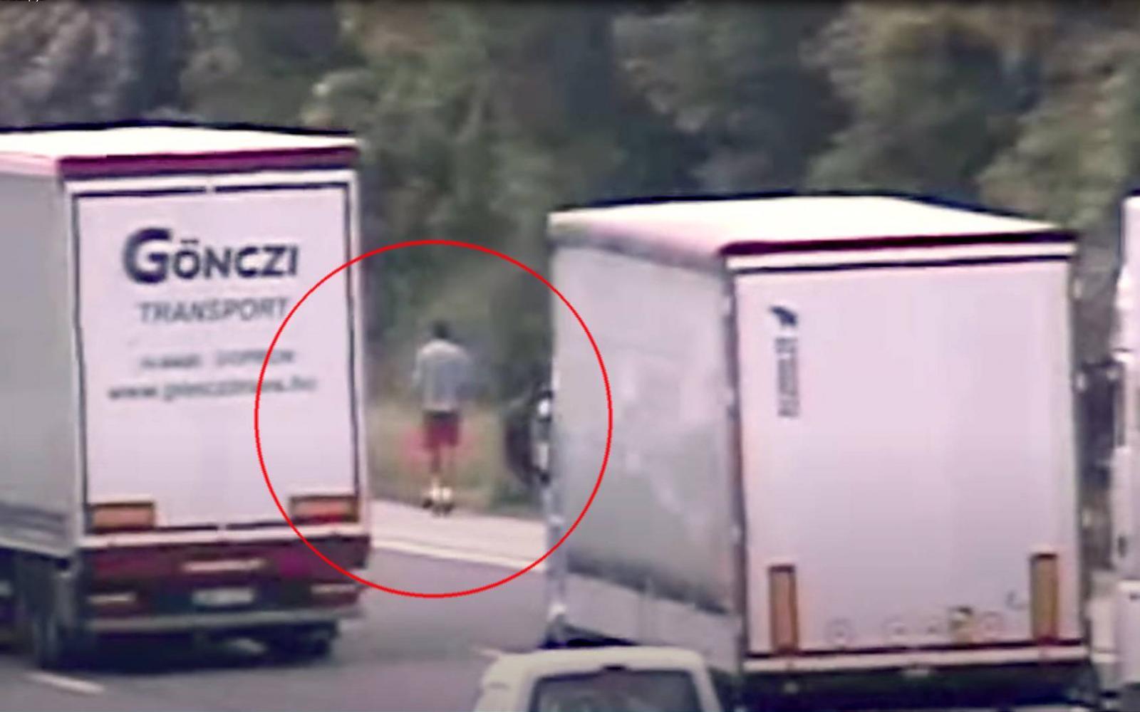 Népszava | Ilyet még nem látott: elektromos rollerrel hasított az M1-esen  (videó)