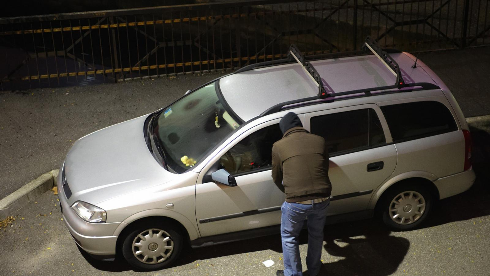 5e3bf985a0 Népszava Kirabolt egy postást és nyitott autókból lopott egy férfi a ...