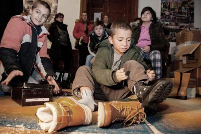 Itt élünk - Felajánlásból jut rendes cipő a gyerekek lábára 4579134983
