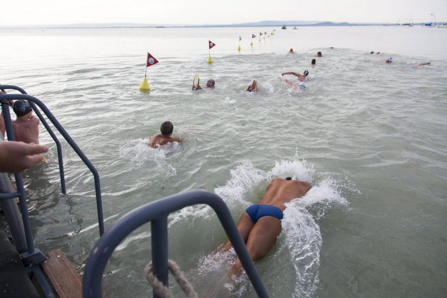 Óriási tömeg igyekszik a Balaton túlpartjára