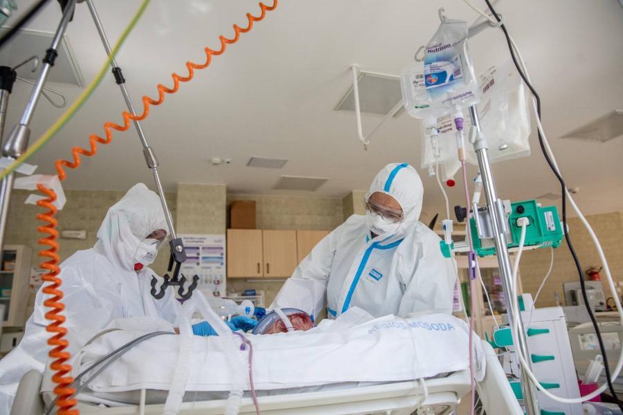 Több mint 240,3 millió a koronavírus-fertőzöttek száma a világon