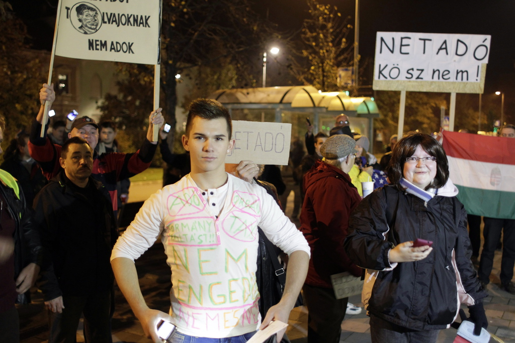 Az internetadó bevezetése ellen meghirdetett demonstráció résztvevői Békéscsabán, a Fidesz irodája előtt. MTI Fotó: Lehoczky Péter
