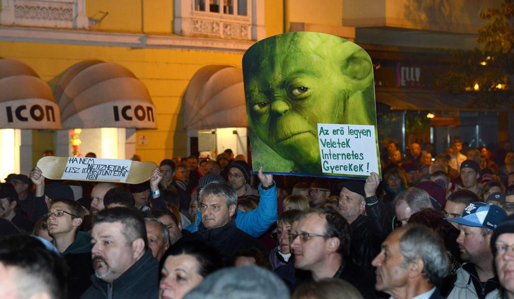 Az internetadó bevezetése ellen meghirdetett demonstráció résztvevői Szombathelyen, a Fő téren. MTI Fotó: Czika László