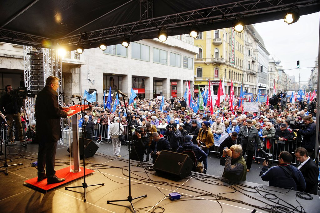 Molnár Gyula, a Magyar Szocialista Párt elnöke beszédet mond a baloldali ellenzéki pártok kormányellenes tüntetésén. MTI Fotó: Balogh Zoltán